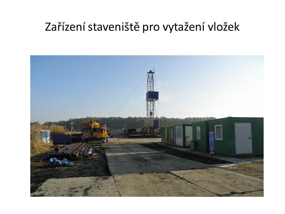 Zařízení staveniště pro vytažení vložek