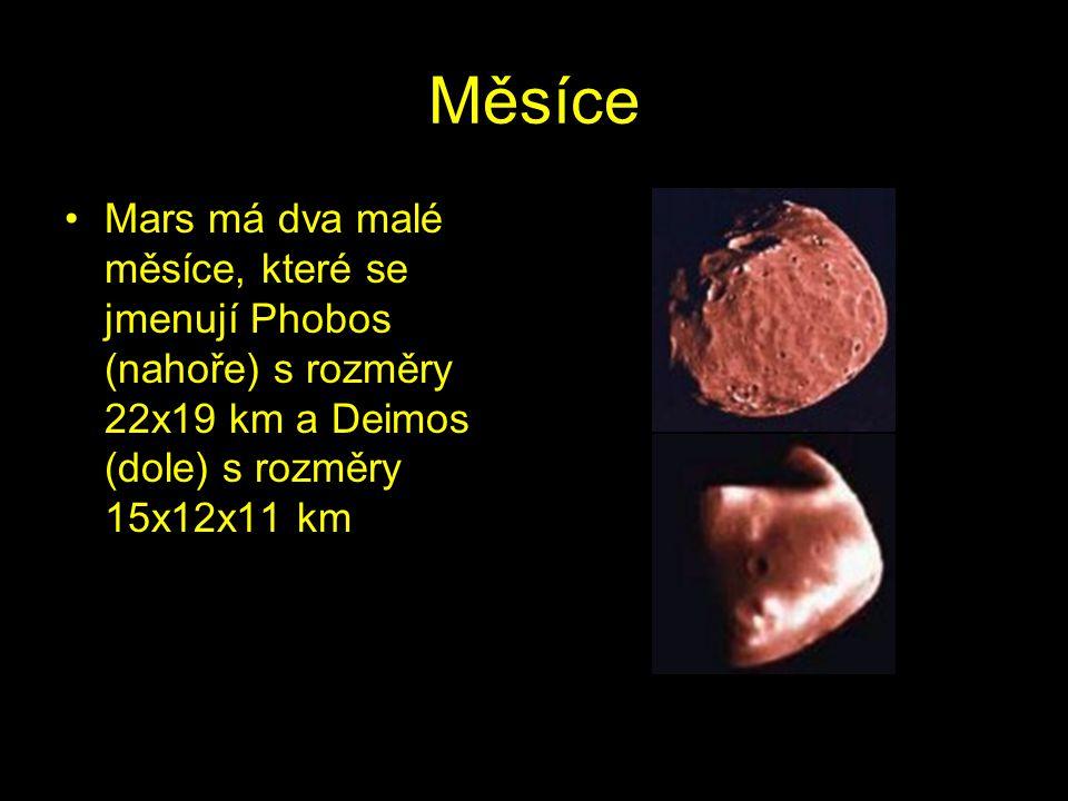 Měsíce Mars má dva malé měsíce, které se jmenují Phobos (nahoře) s rozměry 22x19 km a Deimos (dole) s rozměry 15x12x11 km.