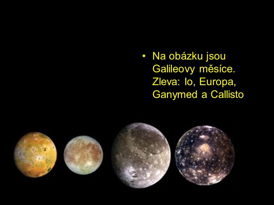 Na obázku jsou Galileovy měsíce. Zleva: Io, Europa, Ganymed a Callisto