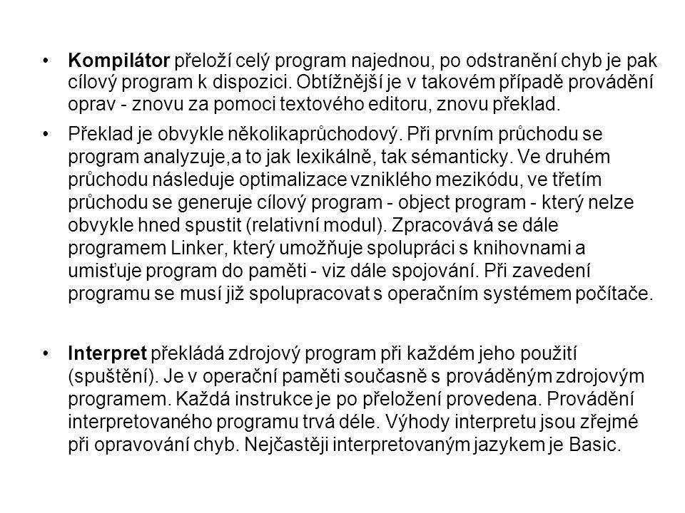 Kompilátor přeloží celý program najednou, po odstranění chyb je pak cílový program k dispozici. Obtížnější je v takovém případě provádění oprav - znovu za pomoci textového editoru, znovu překlad.