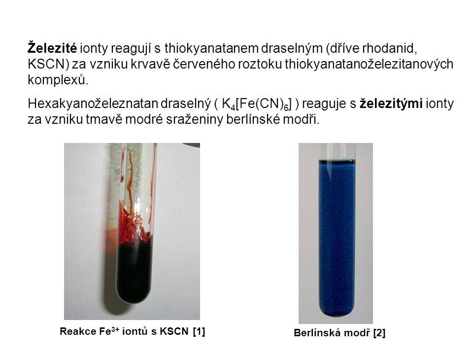 Železité ionty reagují s thiokyanatanem draselným (dříve rhodanid, KSCN) za vzniku krvavě červeného roztoku thiokyanatanoželezitanových komplexů.