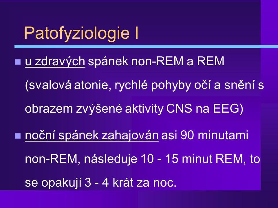 Patofyziologie I u zdravých spánek non-REM a REM (svalová atonie, rychlé pohyby očí a snění s obrazem zvýšené aktivity CNS na EEG)