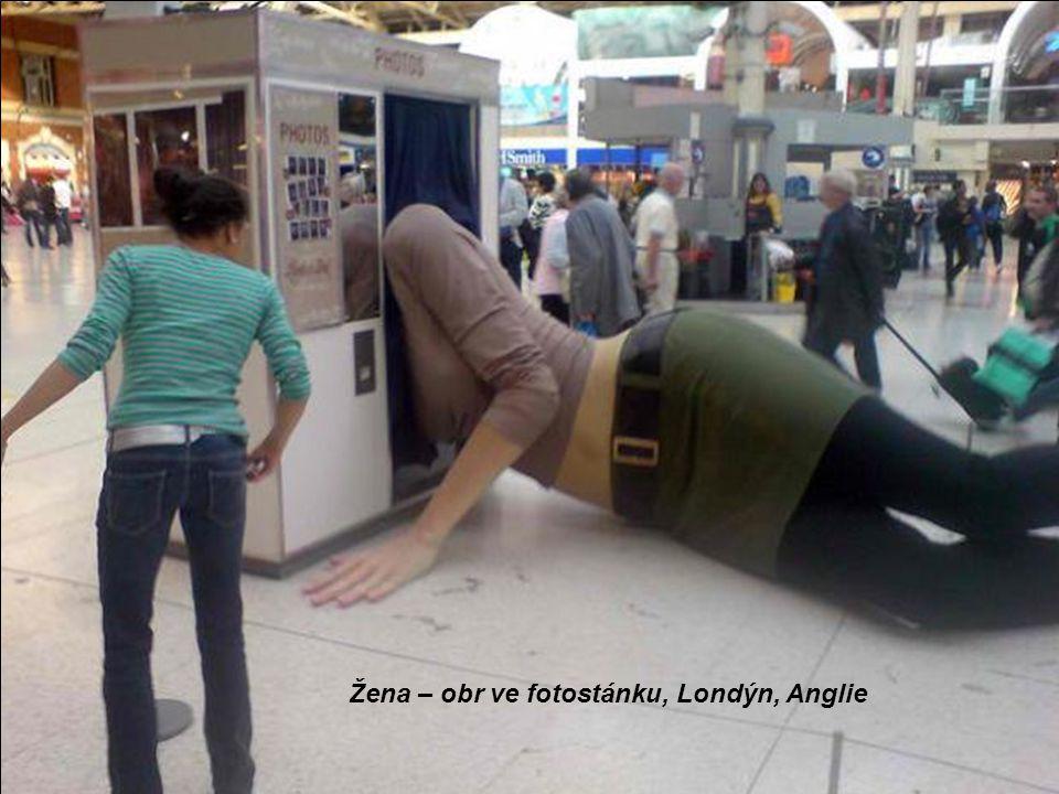 Žena – obr ve fotostánku, Londýn, Anglie