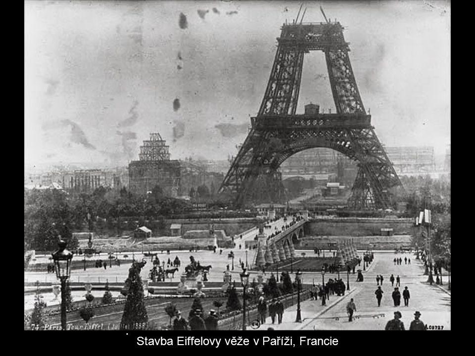 Stavba Eiffelovy věže v Paříži, Francie