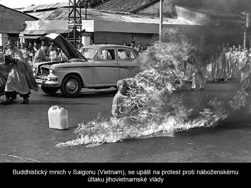 Buddhistický mnich v Saigonu (Vietnam), se upálil na protest proti náboženskému útlaku jihovietnamské vlády