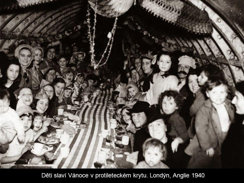 Děti slaví Vánoce v protileteckém krytu. Londýn, Anglie 1940
