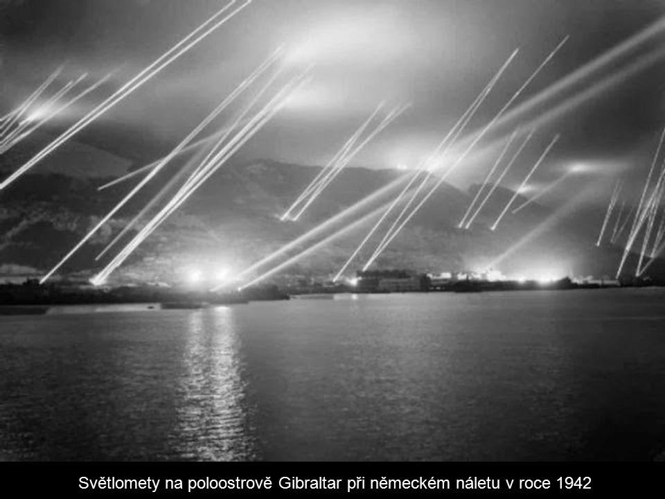 Světlomety na poloostrově Gibraltar při německém náletu v roce 1942