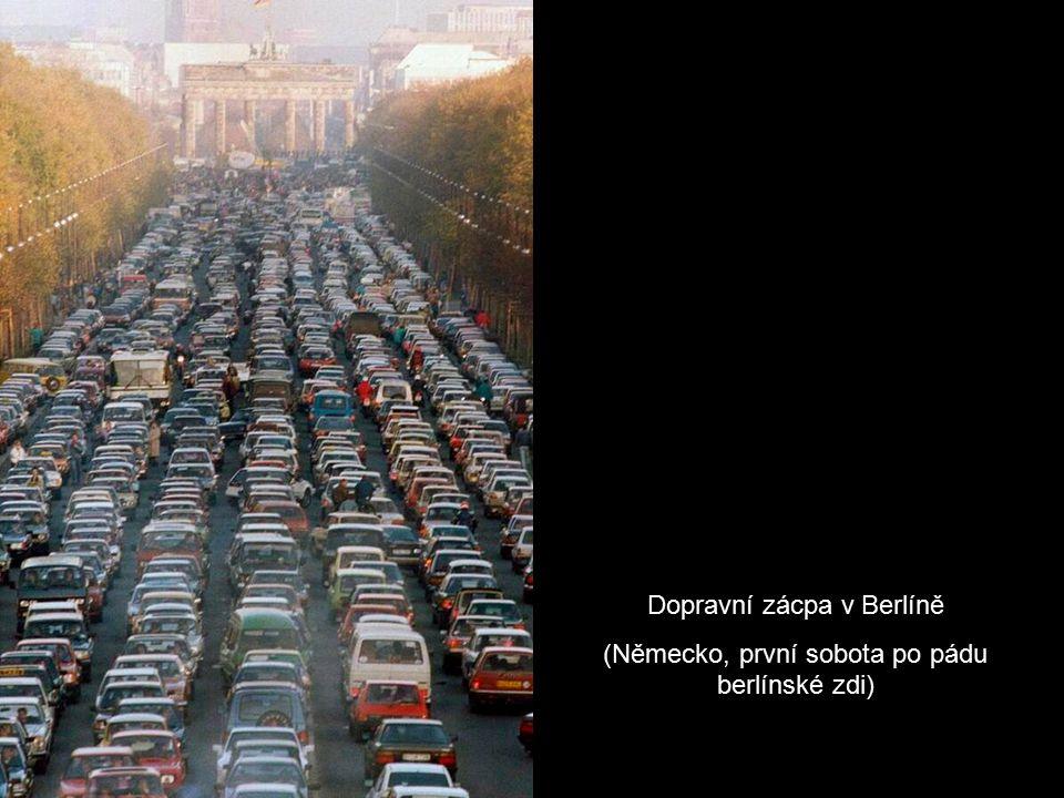 Dopravní zácpa v Berlíně (Německo, první sobota po pádu berlínské zdi)