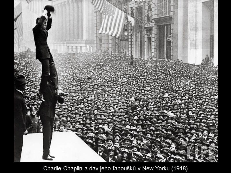 Charlie Chaplin a dav jeho fanoušků v New Yorku (1918)