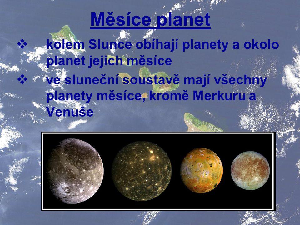Měsíce planet kolem Slunce obíhají planety a okolo planet jejich měsíce.
