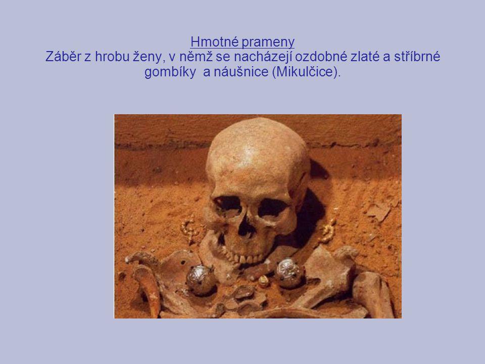 Hmotné prameny Záběr z hrobu ženy, v němž se nacházejí ozdobné zlaté a stříbrné gombíky a náušnice (Mikulčice).