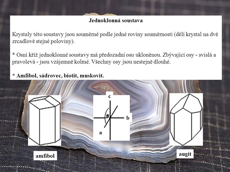 Jednoklonná soustava Krystaly této soustavy jsou souměrné podle jedné roviny souměrnosti (dělí krystal na dvě zrcadlově stejné poloviny).