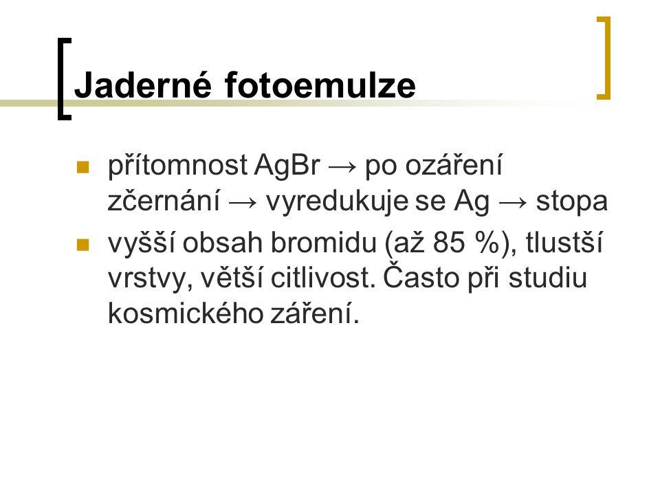 Jaderné fotoemulze přítomnost AgBr → po ozáření zčernání → vyredukuje se Ag → stopa.