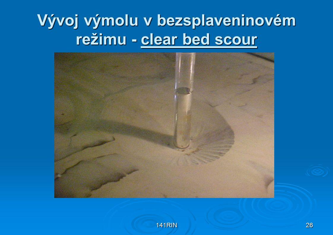 Vývoj výmolu v bezsplaveninovém režimu - clear bed scour
