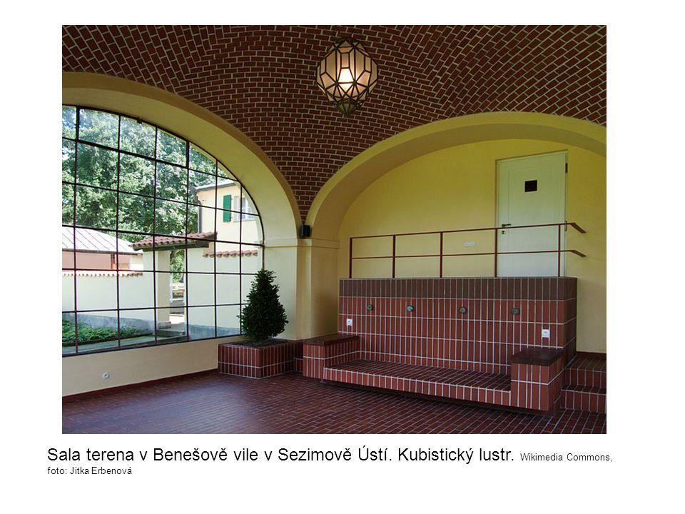 Sala terena v Benešově vile v Sezimově Ústí. Kubistický lustr