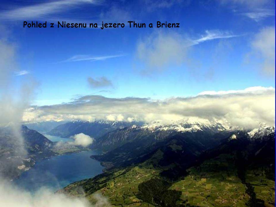 Pohled z Niesenu na jezero Thun a Brienz