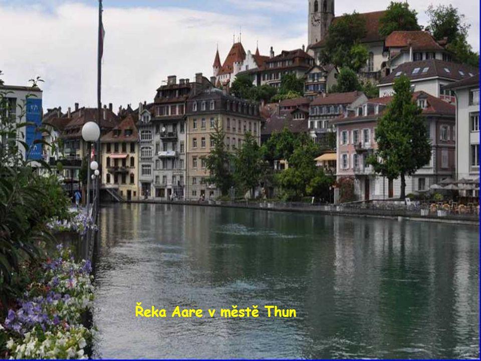 Řeka Aare v městě Thun