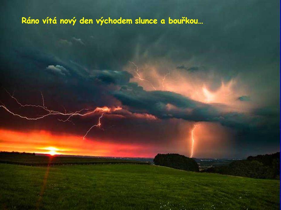 Ráno vítá nový den východem slunce a bouřkou…