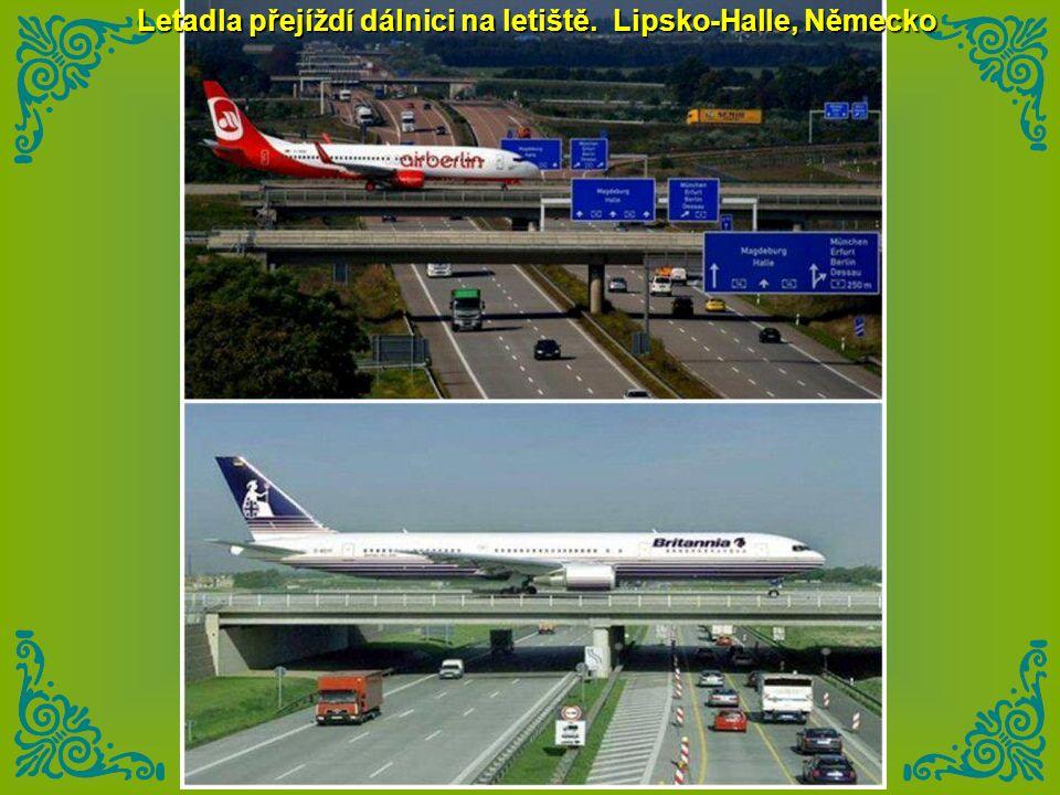 Letadla přejíždí dálnici na letiště. Lipsko-Halle, Německo
