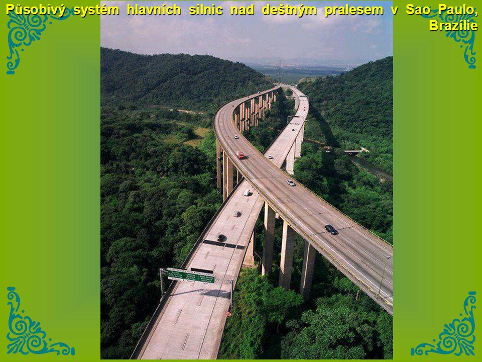 Působivý systém hlavních silnic nad deštným pralesem v Sao Paulo, Brazílie