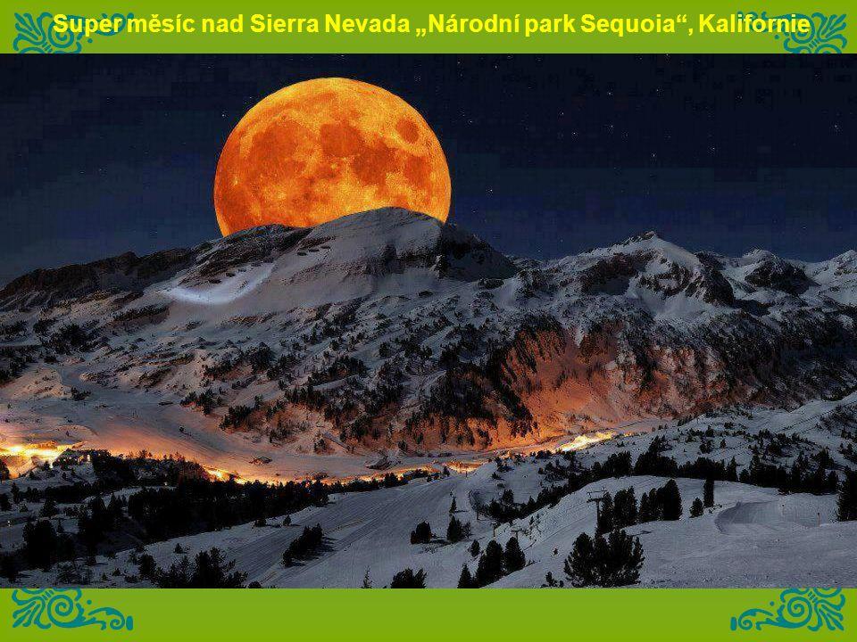 "Super měsíc nad Sierra Nevada ""Národní park Sequoia , Kalifornie"