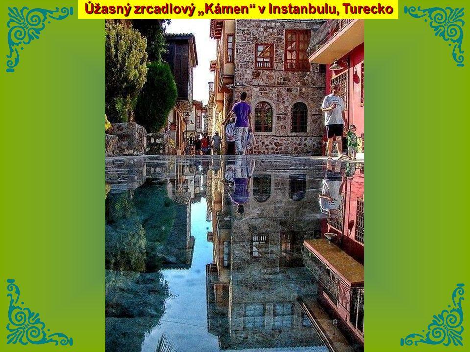 """Úžasný zrcadlový """"Kámen v Instanbulu, Turecko"""