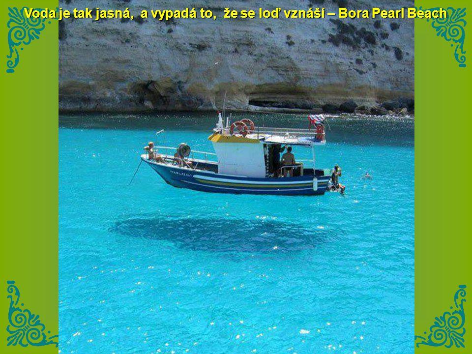 Voda je tak jasná, a vypadá to, že se loď vznáší – Bora Pearl Beach