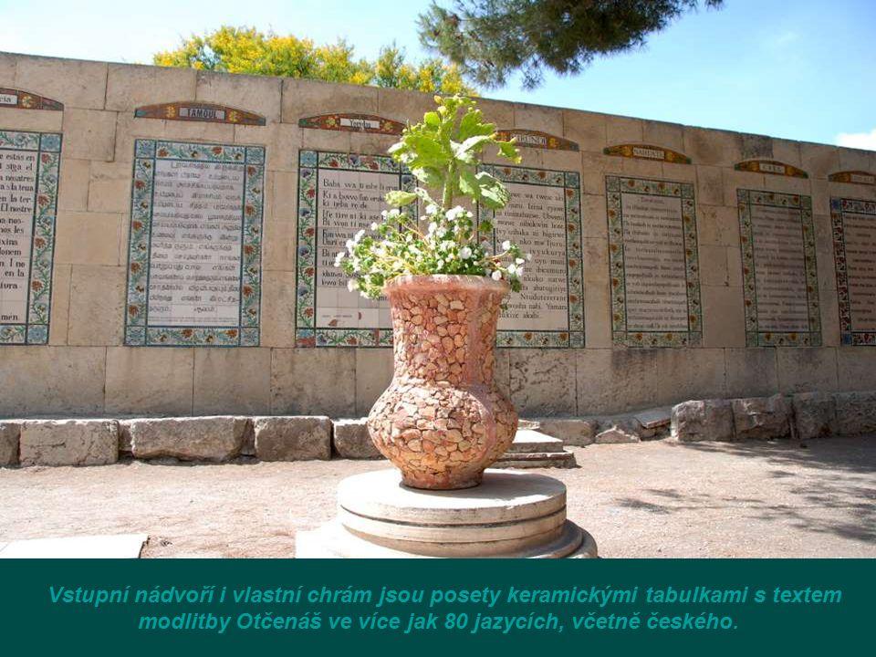 Vstupní nádvoří i vlastní chrám jsou posety keramickými tabulkami s textem modlitby Otčenáš ve více jak 80 jazycích, včetně českého.