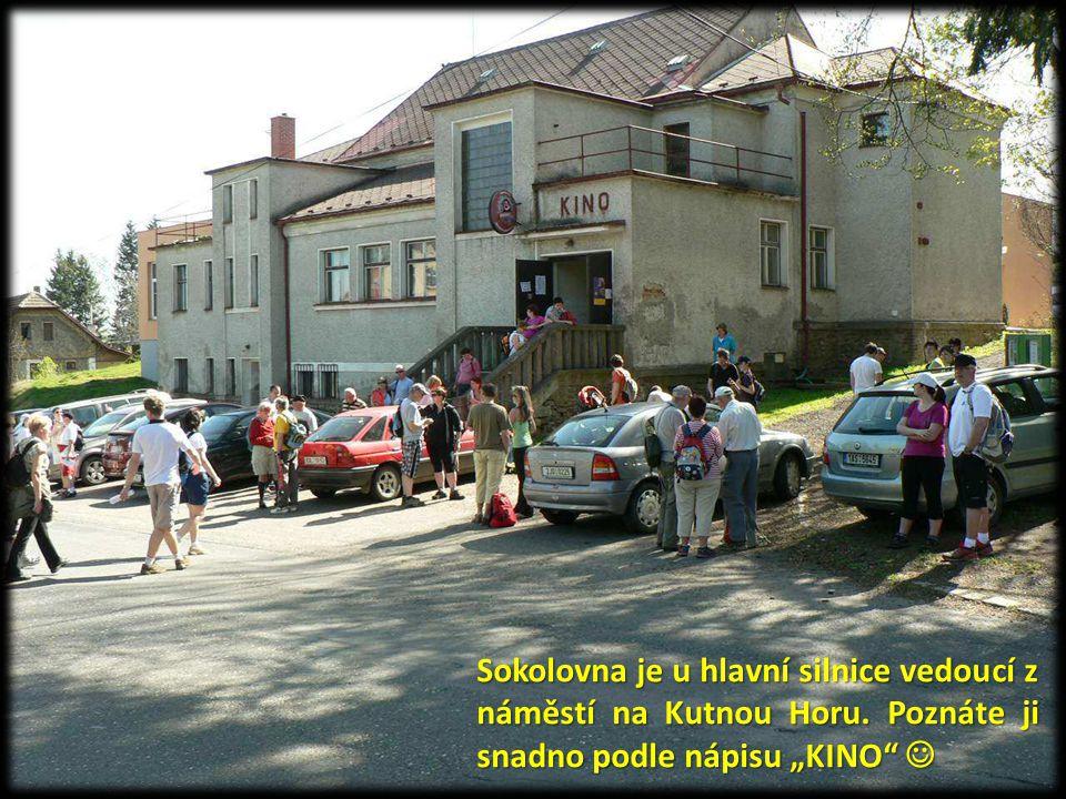 Sokolovna je u hlavní silnice vedoucí z náměstí na Kutnou Horu