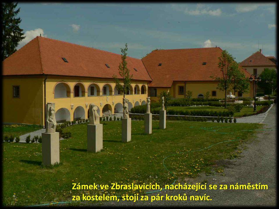 Zámek ve Zbraslavicích, nacházející se za náměstím za kostelem, stojí za pár kroků navíc.