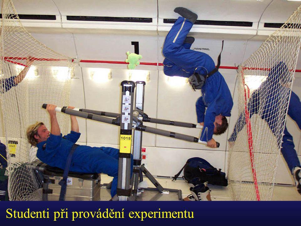 Studenti při provádění experimentu