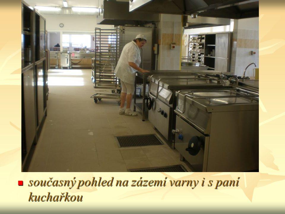současný pohled na zázemí varny i s paní kuchařkou