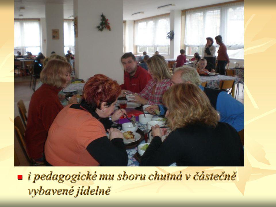 i pedagogické mu sboru chutná v částečně vybavené jídelně