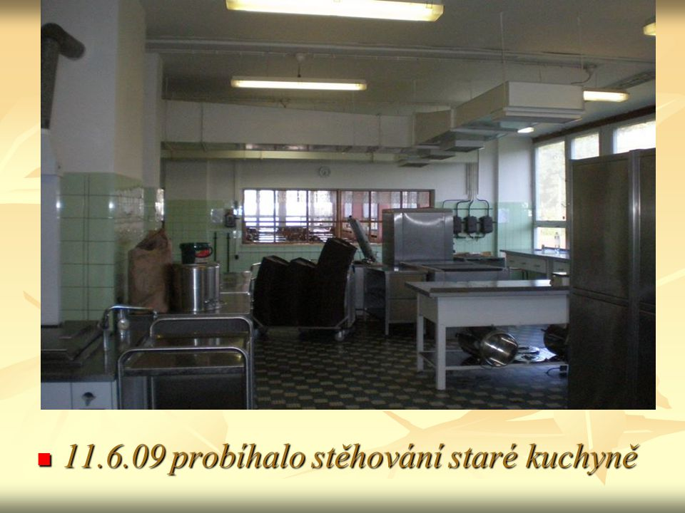 11.6.09 probíhalo stěhování staré kuchyně