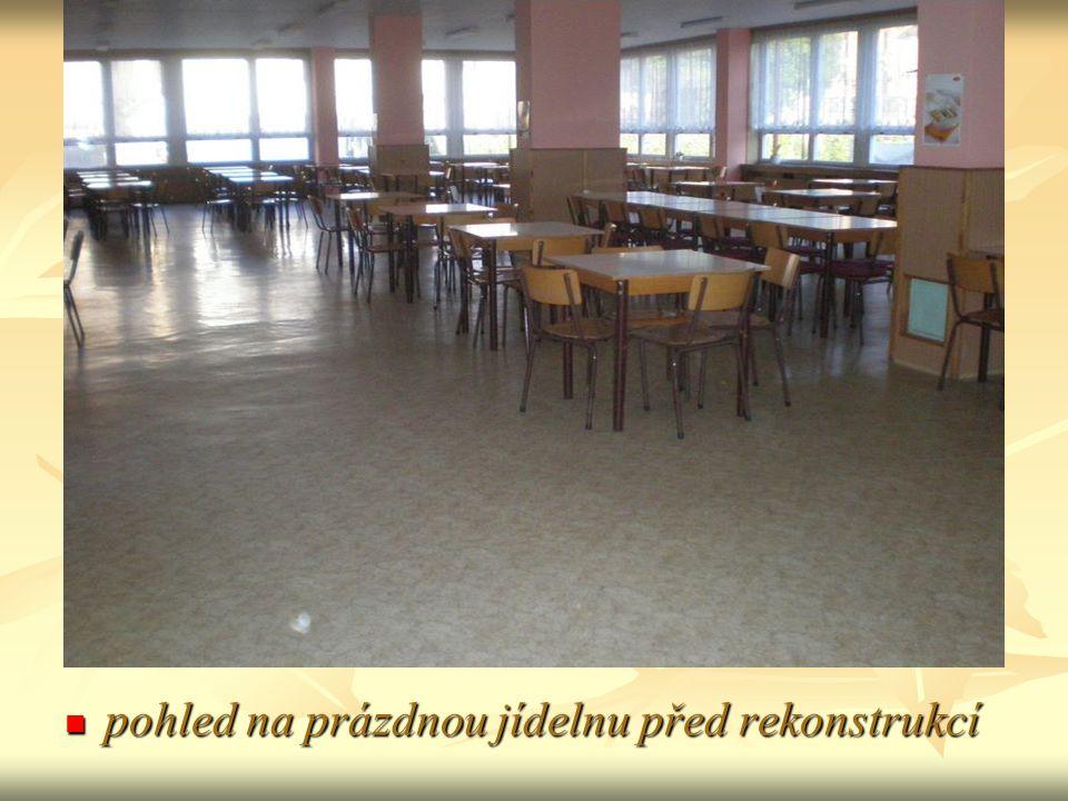 pohled na prázdnou jídelnu před rekonstrukcí