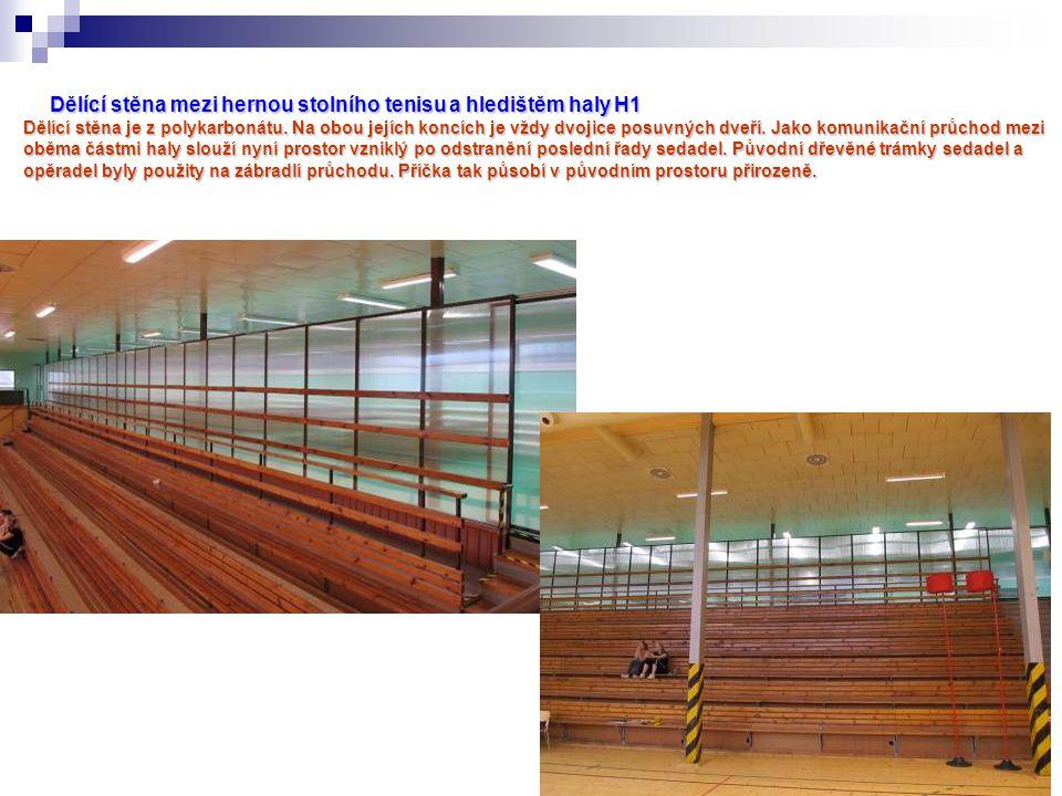Dělící stěna mezi hernou stolního tenisu a hledištěm haly H1 Dělící stěna je z polykarbonátu.