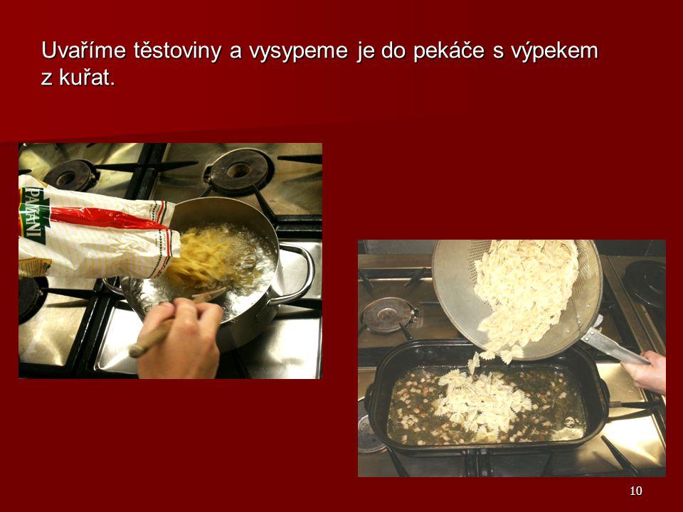 Uvaříme těstoviny a vysypeme je do pekáče s výpekem z kuřat.