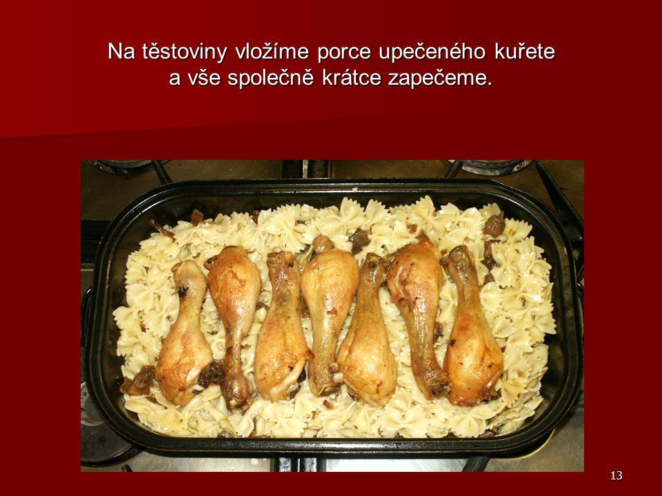 Na těstoviny vložíme porce upečeného kuřete a vše společně krátce zapečeme.