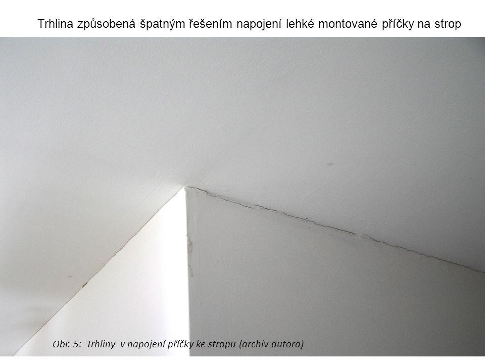 Trhlina způsobená špatným řešením napojení lehké montované příčky na strop