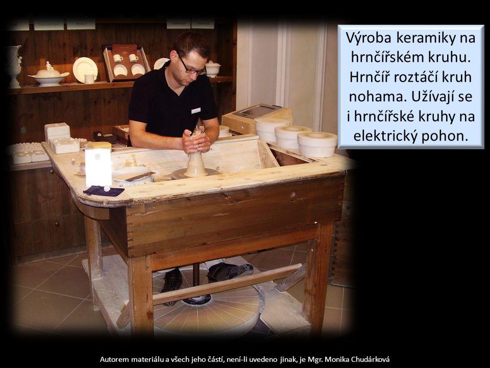Výroba keramiky na hrnčířském kruhu. Hrnčíř roztáčí kruh nohama