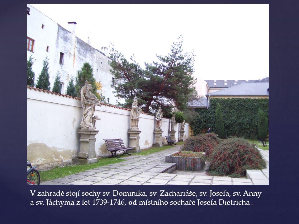 V zahradě stojí sochy sv. Dominika, sv. Zachariáše, sv. Josefa, sv