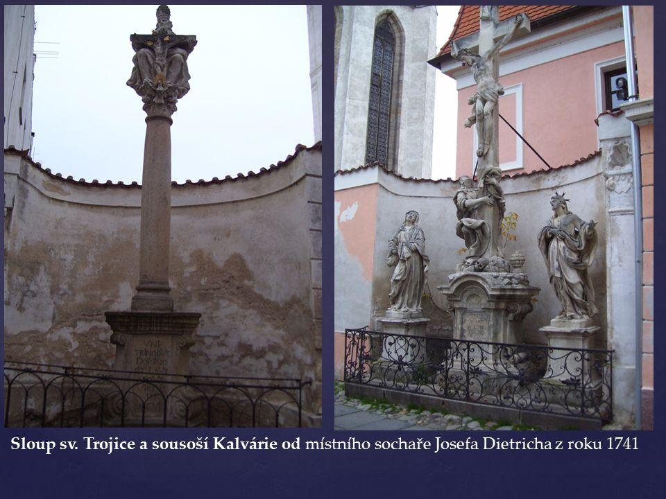 Sloup sv. Trojice a sousoší Kalvárie od místního sochaře Josefa Dietricha z roku 1741