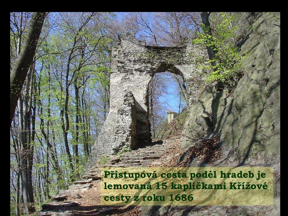 Přístupová cesta podél hradeb je lemovaná 15 kapličkami Křížové cesty z roku 1686
