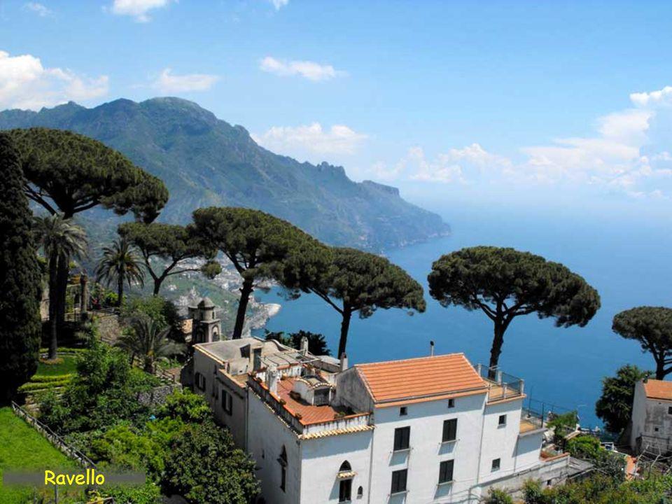 La villa Rufolo, con sus jardines con vistas al Mediterráneo, fue residencia veraniega de algunos papas, de Carlos de Anjou y de Richar Wagner