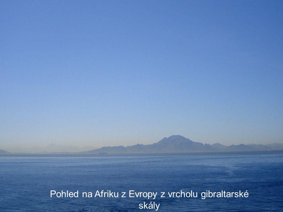Pohled na Afriku z Evropy z vrcholu gibraltarské skály
