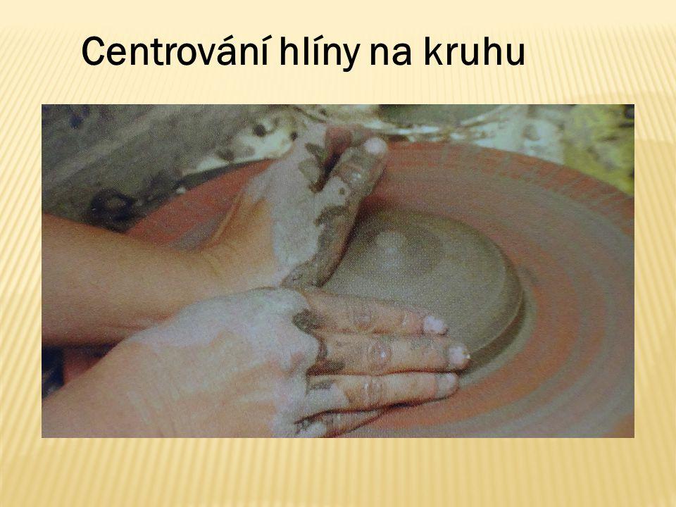 Centrování hlíny na kruhu