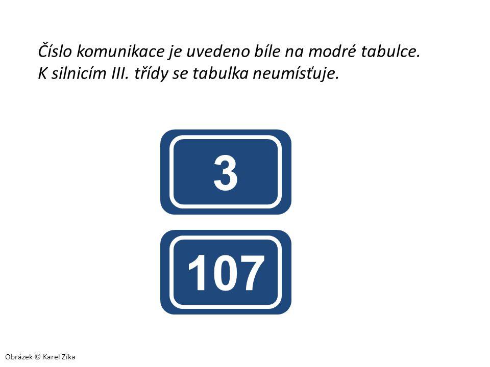 3 107 Číslo komunikace je uvedeno bíle na modré tabulce.