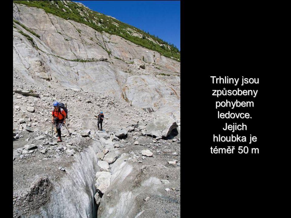 Trhliny jsou způsobeny pohybem ledovce. Jejich hloubka je téměř 50 m