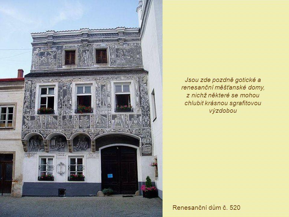 Jsou zde pozdně gotické a renesanční měšťanské domy, z nichž některé se mohou chlubit krásnou sgrafitovou výzdobou