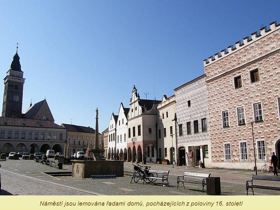 Náměstí jsou lemována řadami domů, pocházejících z poloviny 16. století